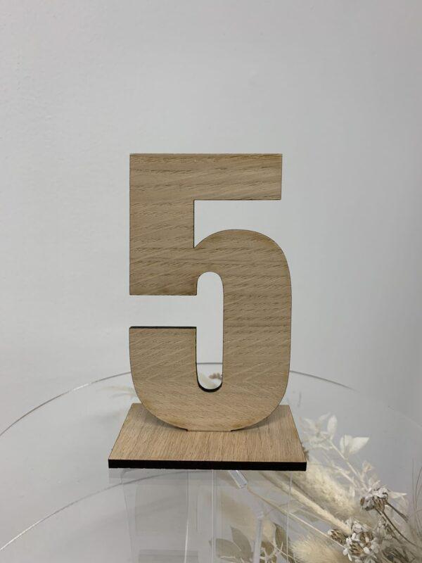 Bordnummer udskåret træ